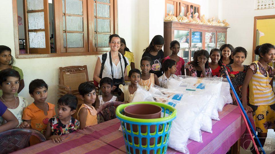 Entrega-material-Orfanato-Bosath-Balika-Ideas de que hacer en Sri Lanka