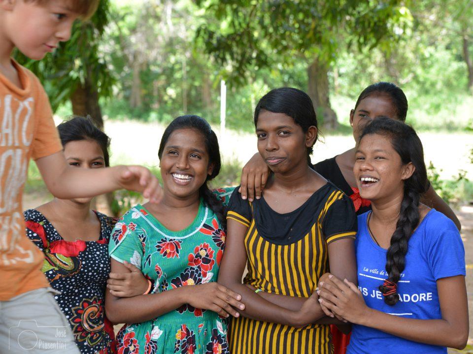 amigas-friends - Cosas que puedes hacer en Sri Lanka con la familia