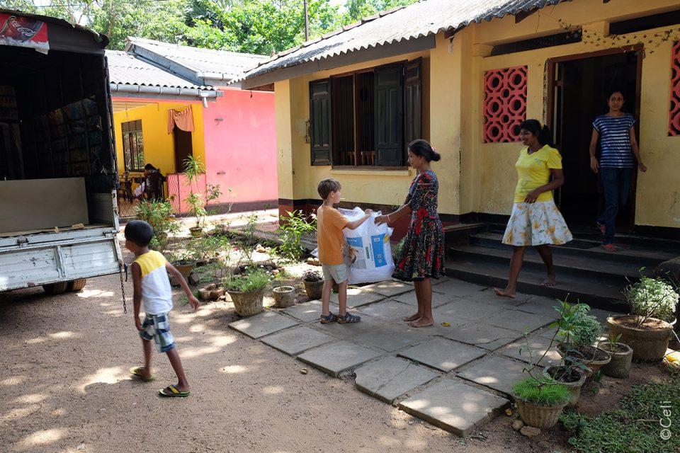 Entregando-Material - Que hacer en Sri Lanka con niños