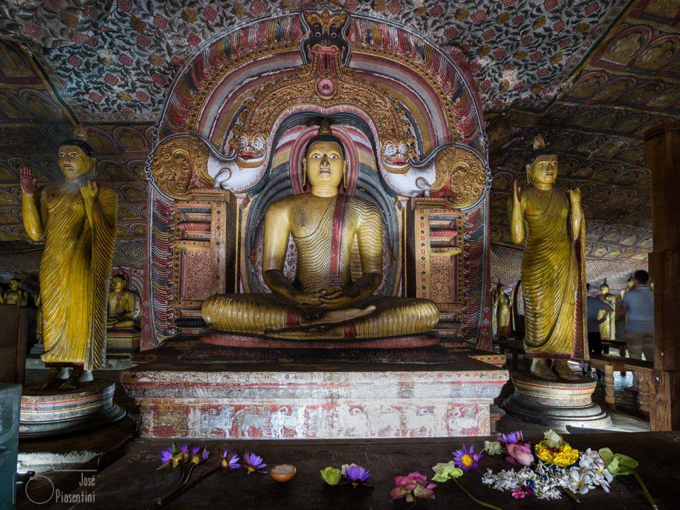 Ofrendas-a-Buda-Dambulla-Temple