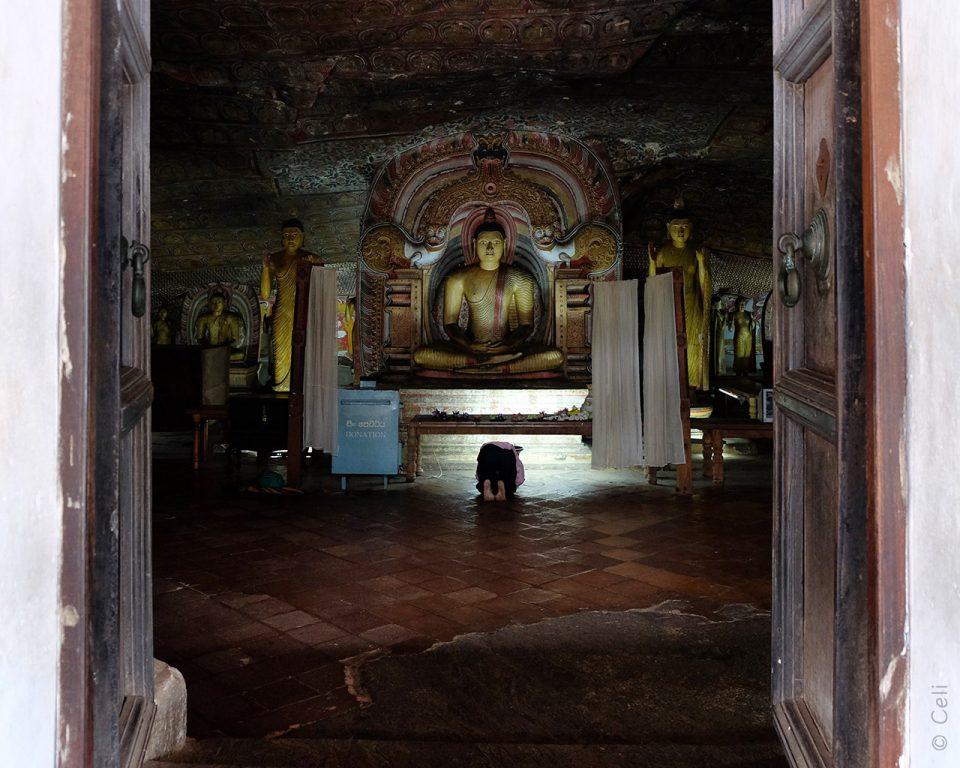 Orando-frente-Buda-Dambulla-0090