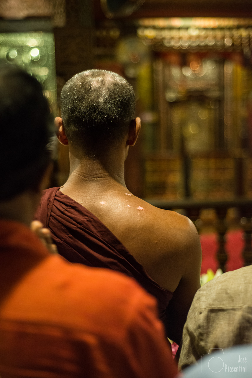 Monjes-kandy-templo-Diente-Buda - Things to do in Sri Lanka