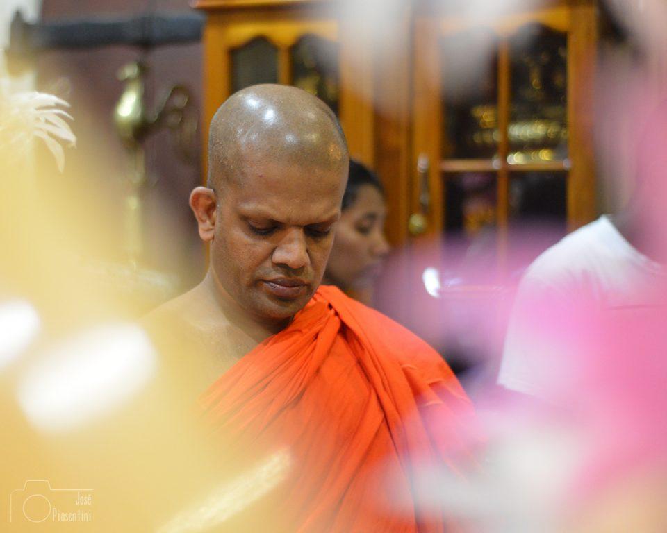Temple-Monk-kandy-SriLanka