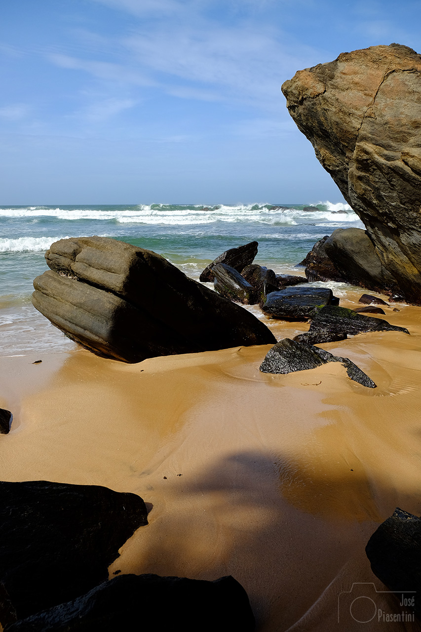 wijaya-beach-stones