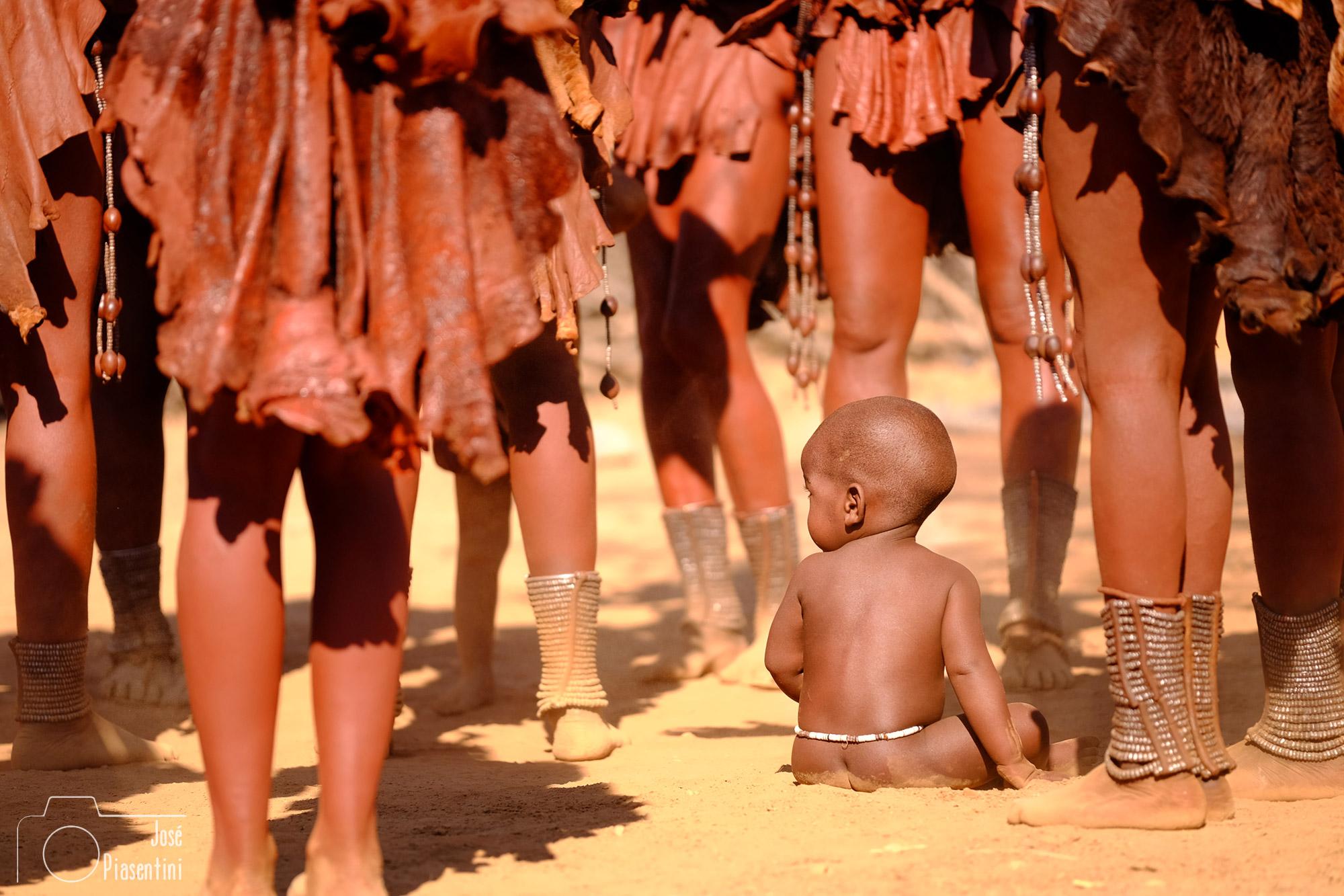 Niños Himba en taparrabos