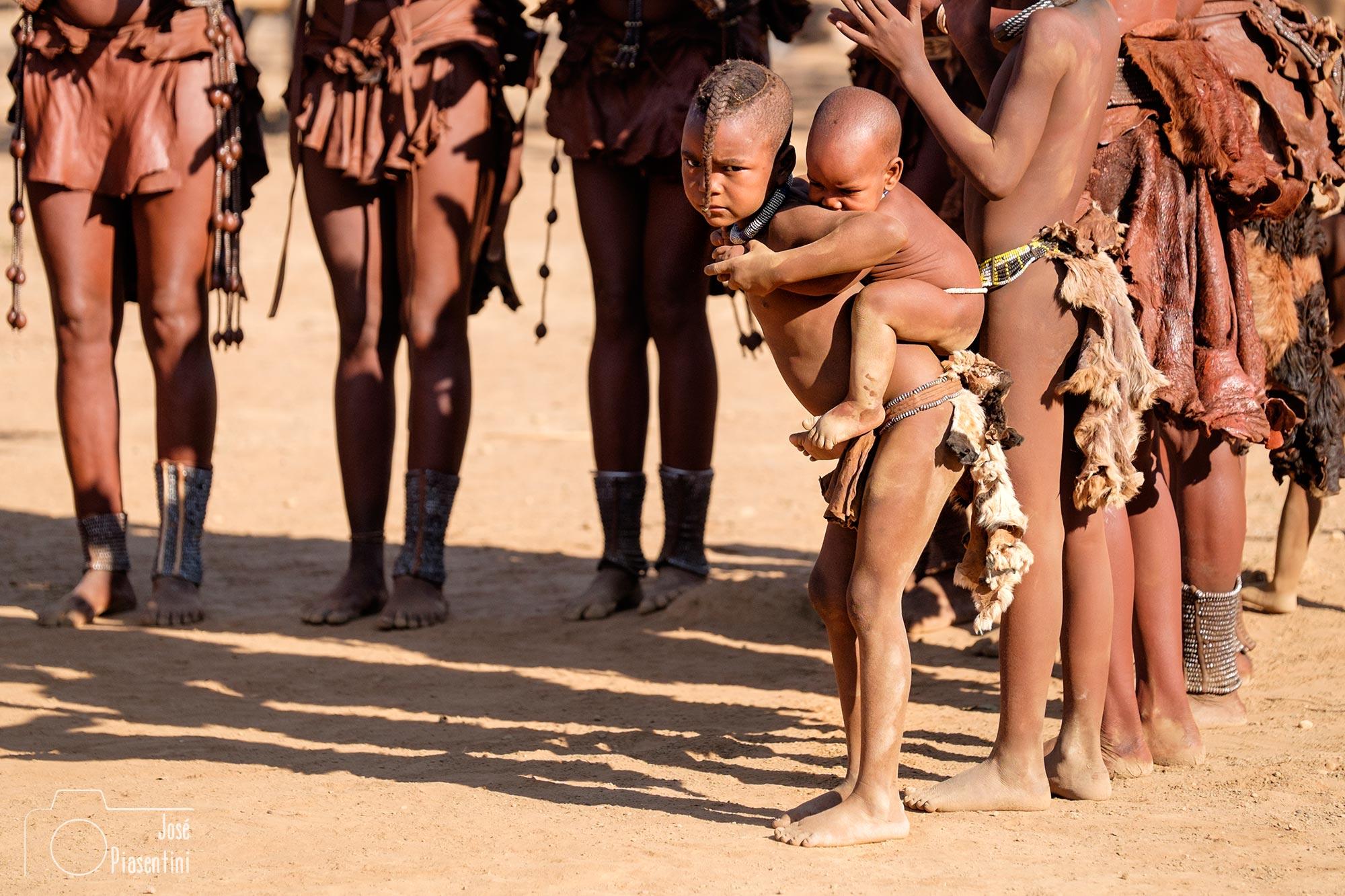 Himba boys - Viajes dandovueltasfotos