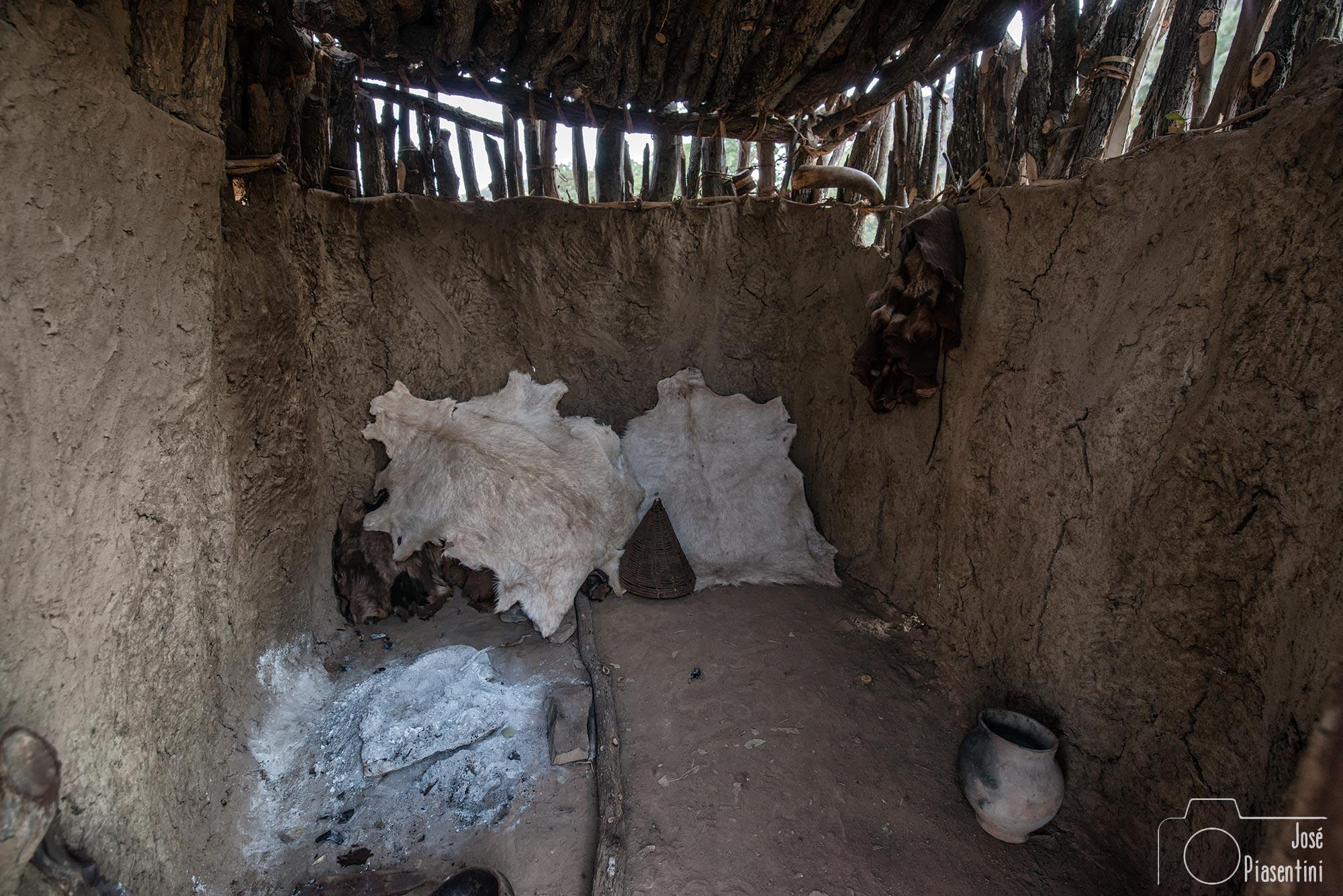 Interior choza de adobe de los Himba