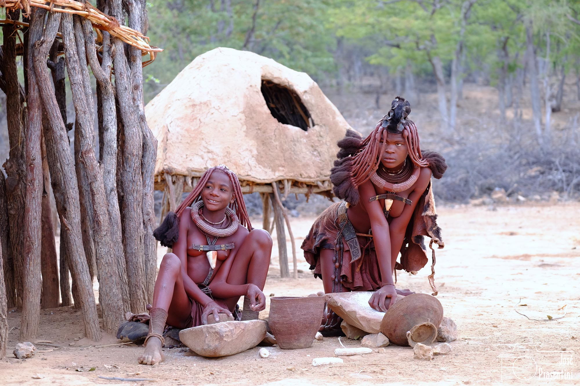 Himba moliendo trigo
