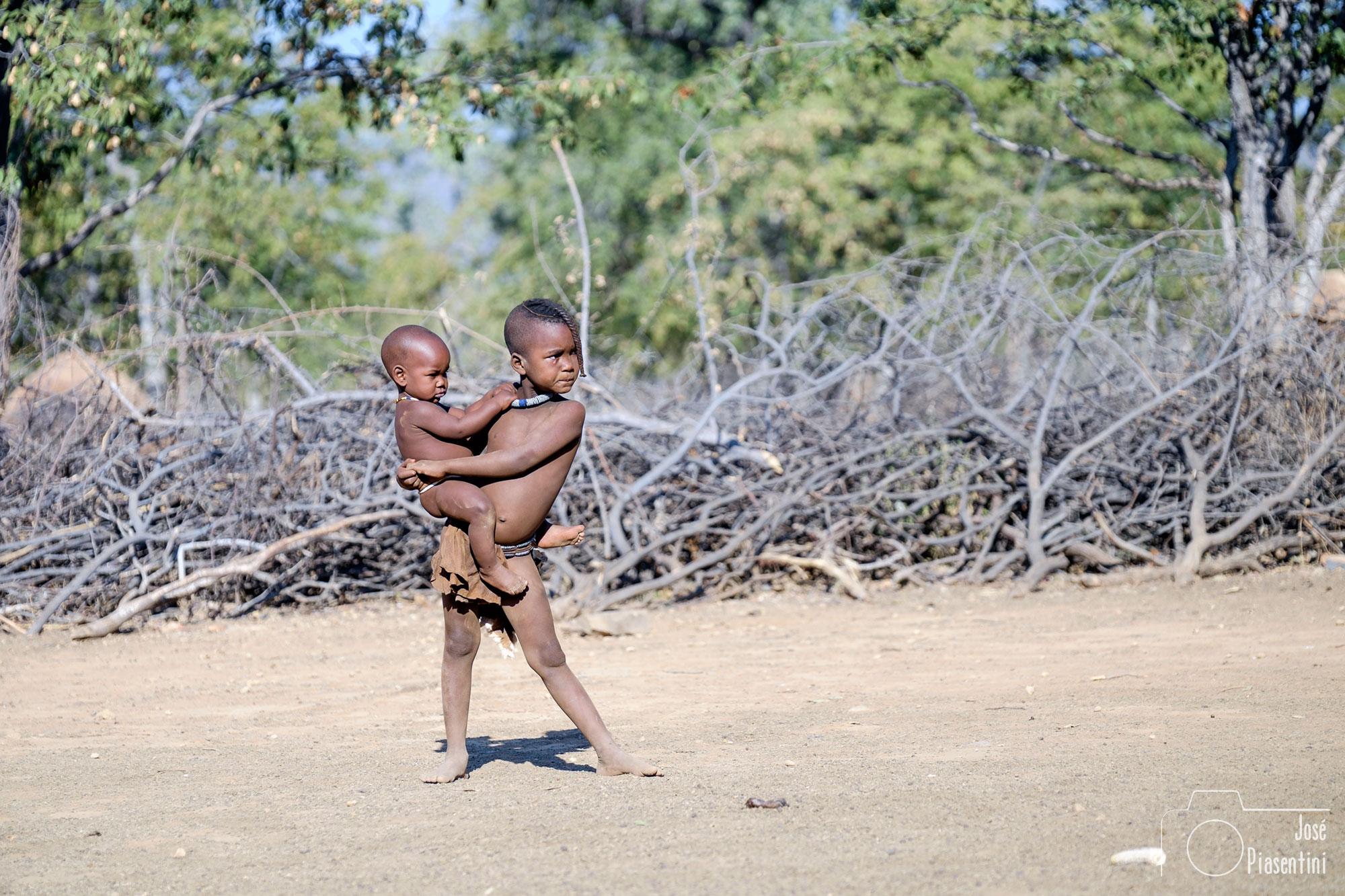 Himba cuidando a su hermano
