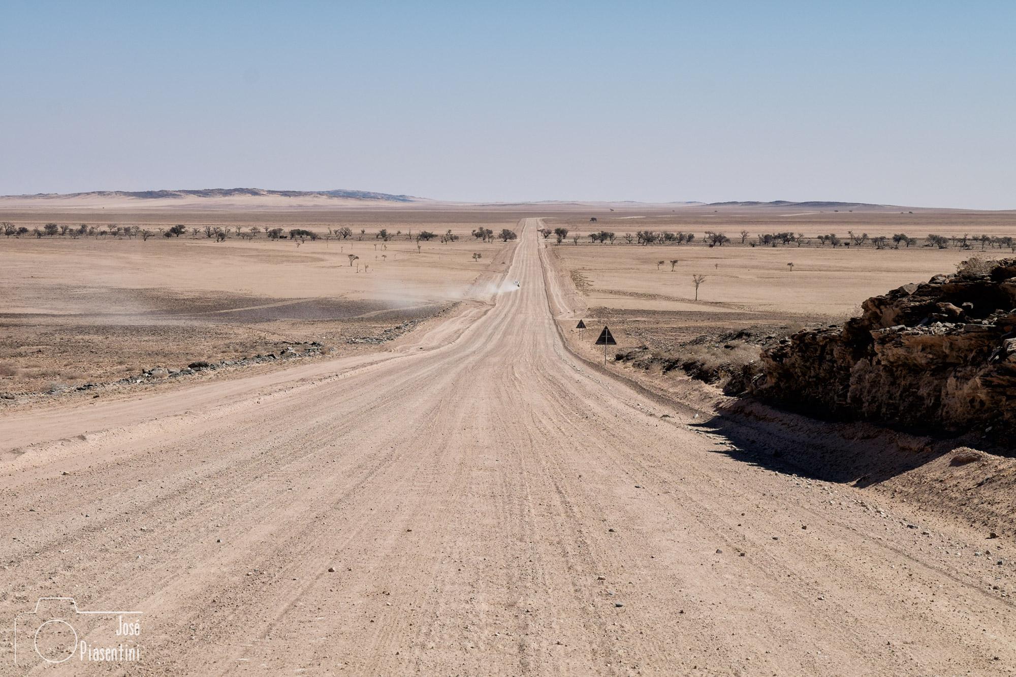 """Solitaire-Las carreteras en Namibia de grava están divididas en las """"C"""" y las """"D"""" y es imprescindible conducir con precaución"""