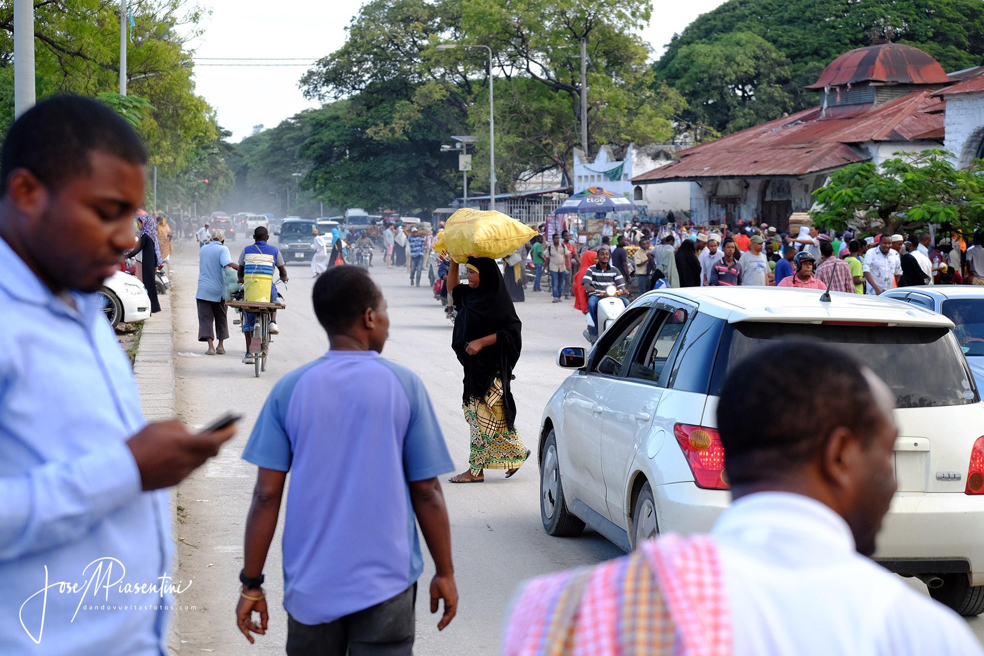 Bullicio Darajani Market en Stone Town Zanzibar